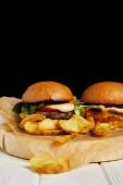 Sada nezdravé jídlo restaurace s hamburgery a hranolky na bílý stůl