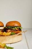 Nahaufnahme eines verführerischen Fast-Food-Restaurants mit Hamburgern und Kartoffeln