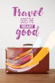 Fotografia Valigia di cuoio marrone dellannata con lettering - viaggi fa bene al cuore