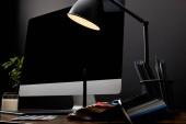 Detailní zobrazení grafického návrháře pracoviště s barevné palety, grafický tablet, prázdnou obrazovku a lampa na dřevěný povrch
