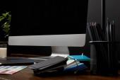 Detailní zobrazení grafického návrháře pracoviště s barevné palety a prázdné obrazovky na dřevěný povrch