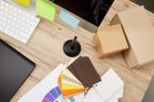 Fotografie Draufsicht der Grafik Designer Arbeitsplatz mit arrangierten Computerbildschirm, bunte Aufkleber, Grafiktablett und Paletten auf holzuntergrund