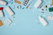 felülnézete a különböző gyógyszerek a kék keret