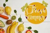 pohled shora z čerstvého ovoce a špenát listy na bílém pozadí dřevěná s kopie prostoru, čerstvé letní nápis