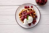 Photo tasty belgian waffles with raspberries and ice cream on white wooden table