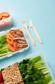 zblízka pohled na uspořádání příborů a nádobí s čerstvou zdravou zeleninu a maso pozadím