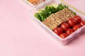 zár megjelöl kilátás az egészséges élelmiszer élelmiszer konténerek a rózsaszín háttér rendezett