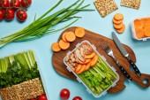 Fotografie plochý ležela s příbory a složení zdravých potravin izolované na modré