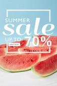 süße Wassermelonenscheiben mit Sommerschlussverkauf und Rabattsymbol