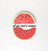 pohled řezu meloun, izolované na bílém, s vše, co potřebujete je léto shora nápis a obrázek