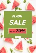 Draufsicht auf Wassermelonenscheiben und Minzblätter isoliert auf weiß mit Blitz-Verkaufsschild