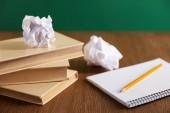 Fotografie knihy, Sešitový, zmuchlané papíry a tužku na dřevěný stůl