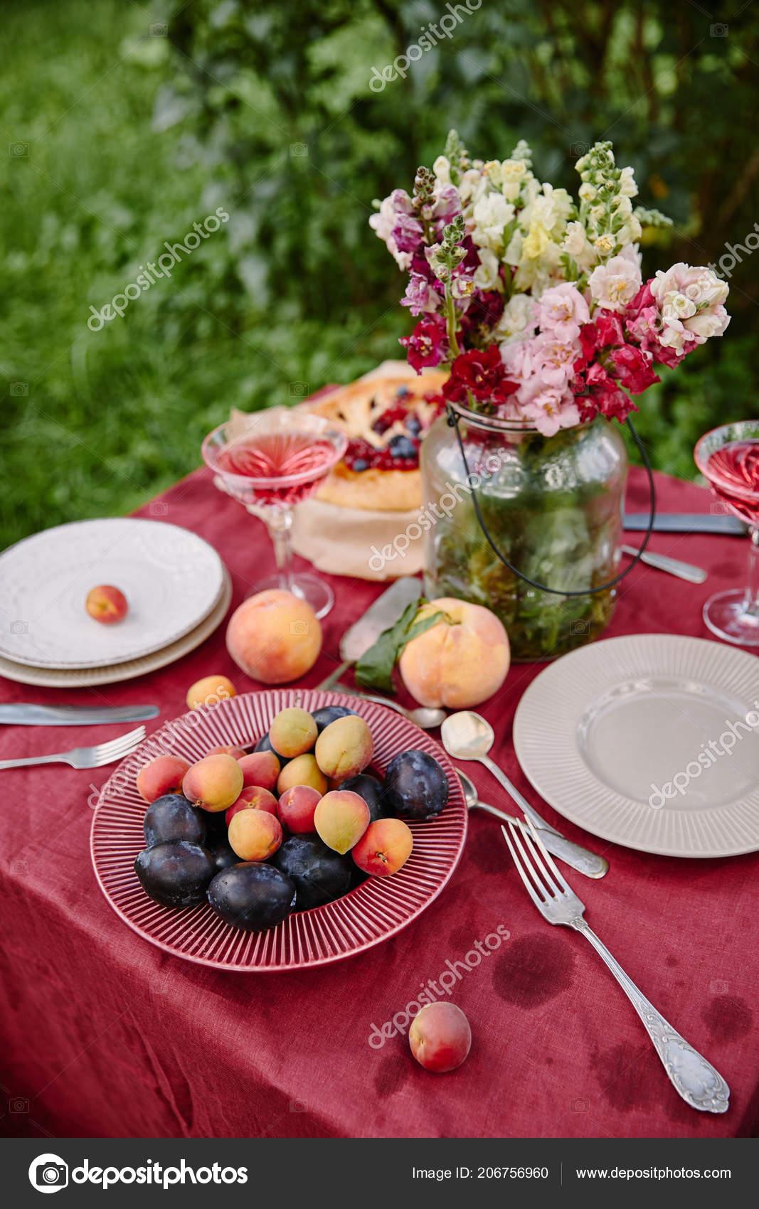 les fruits mûrs bouquet fleurs sur table dans jardin — photographie