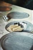 Fényképek pizza szerverek feküdt fém tálca, márvány tábla Kitchen étterem