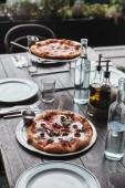 Fotografia varie pizze su vassoi al ristorante