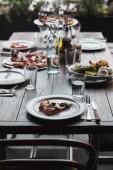 Fotografie chutná pizza a salát na stůl v moderní restauraci