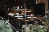 vynikající italské jídlo na rustikální stůl v moderní restauraci