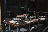 Fotografie lahodné jídlo na rustikální stůl v moderní restauraci