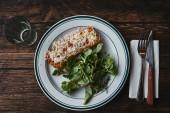 Fotografia vista superiore di deliziose lasagne con verde lascia il rustico in legno teable