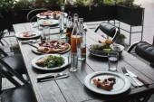 Fotografie italské pokrmy a nápoje na dřevěný rustikální stůl v restauraci