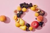 pohled shora čerstvé zralé sladké chutné ovoce na fialovém pozadí