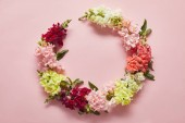 Fotografie close-up view of tender wreath of beautiful fresh flowers on pink