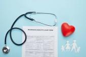 felülnézet egészségbiztosítási jogcím formájának, papír vágott család, piros szív szimbólum és sztetoszkóp kék
