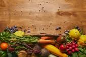 Celé jídlo šablona s čerstvou zeleninou na dřevěný stůl
