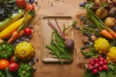 A fából készült asztal tálca tápláló étel elrendezés