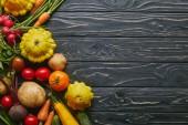 A sötét fából készült asztal egész friss zöldségek