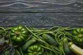 Fotografie Grüne Sommergemüse auf dunklen Holztisch