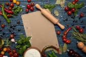 felülnézet, friss nyers zöldségek, fűszerek, üres kártya és sodrófa, fa felületre