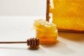Fotografie zblízka pohled na dřevěných medu hlubší a zásobníku z včelího vosku na bílém stole