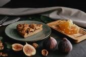 zblízka pohled domácí koláče na desku, fíky, včelí vosk a lískových ořechů na výstřední povrchu