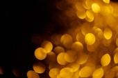 Fotografia bokeh oro su sfondo nero per la vacanza