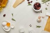 lapos lat válogatott olasz tészta alapanyagokból rendezett fehér márvány felületre