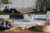 Close-up shot obr koláč ingredience s těsta stojící na rustikální dřevěný stůl