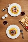 Fotografie Draufsicht der Pasta und Wein für romantische Dinne auf Holztisch