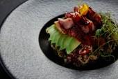 kiadványról japán étvágygerjesztõnek a tenger gyümölcsei-, avokádó- és gyógynövények a fekete lemez