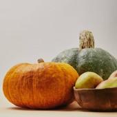 podzimní sklizeň s dýní a zralé hrušky chutné na desku stolu