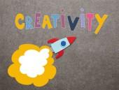 színes kézzel rakéta szürke háttér a kreativitás inspiráció