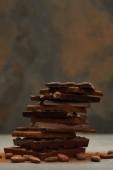 Fotografie Detailní pohled skládaný lahodné různé kousky čokolády a ořechů na grey