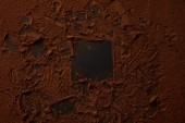Fotografie pohled shora mňam kakaového prášku na černém pozadí