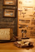 Fotografia primo piano sparato di fette di formaggio con coltello sui bordi di legno