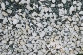 pohled shora bílé malé roztroušené kameny na zem