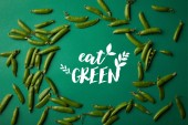 Draufsicht der Runde Rahmen aus erbsenschoten auf grüne Fläche mit essen grün Schriftzug