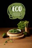 Reife grüne Gemüse auf hölzernen Tischplatte mit Öko-Produkt Schriftzug