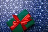 Fényképek felülnézete a ünnepi csomagolópapír csillag mintás zöld ajándék piros szalaggal
