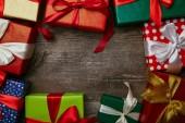Fotografie plochý ležel s dárky zabalené v různých balicích papírů s pásy na dřevěné plochy, Vánoční pozadí