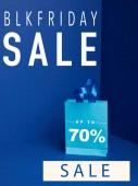 zblízka pohled papírové nákupní pytle na modré s blkfriday a 70 procent prodej